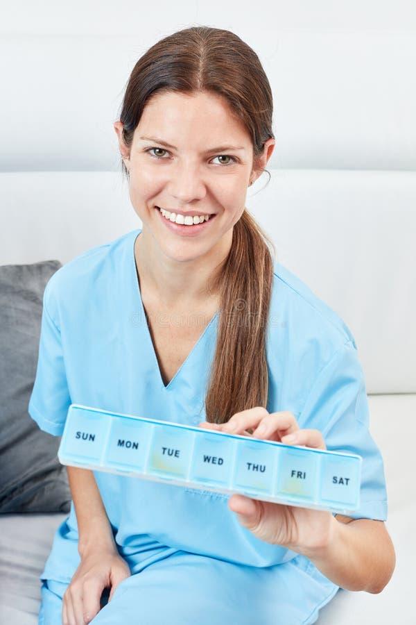 Медсестра держит коробку таблетки стоковое изображение rf