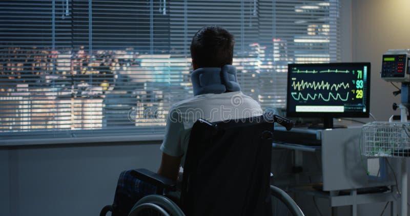 Медсестра нажимая wheelchaired пациента к окну стоковое изображение rf