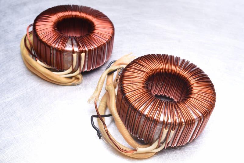 Медь свертывает спиралью трансформатор на предпосылке металла стоковое изображение rf