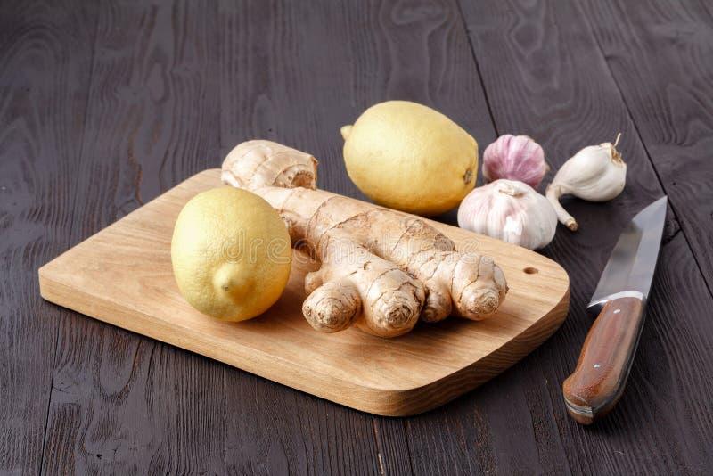 Мед, лимон и чеснок - здоровые компоненты стоковые изображения rf