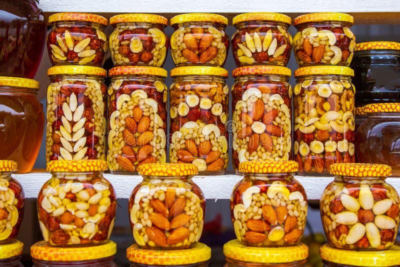 Мед с гайками и чонсервными банками стоковое фото