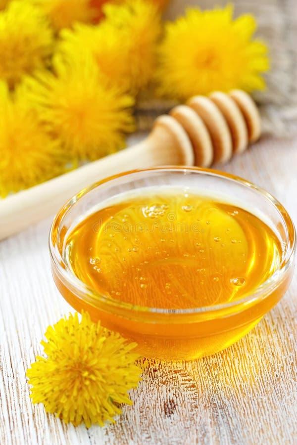 Мед цветка в стеклянном шаре стоковая фотография