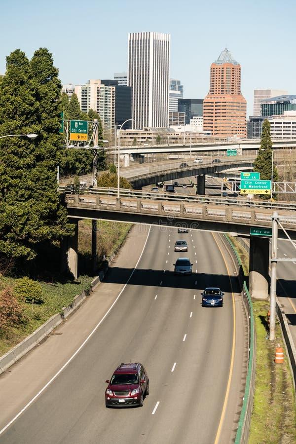 Межгосударственное шоссе 5 Портленд Орегона носит автомобили на юг от центра города стоковое фото