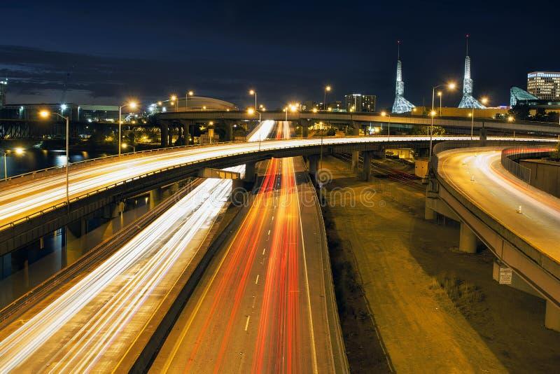 Межгосударственные тропки света скоростного шоссе через Портленд на голубом часе стоковое изображение rf