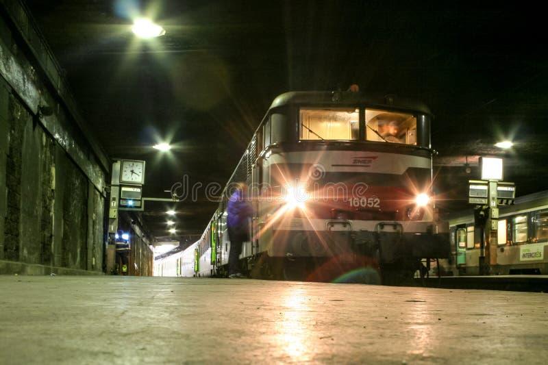 Междугородный поезд от intercites Corail компании SNCF готовых для того чтобы выйти от станции Lazare Святого Парижа для междунар стоковая фотография rf