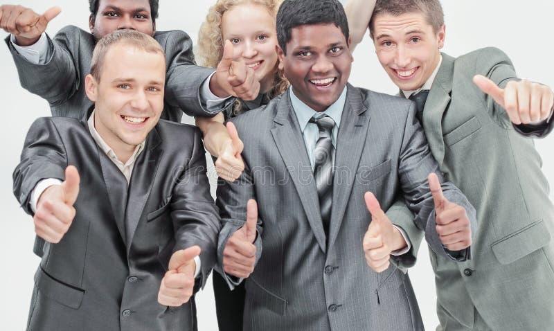 Международная команда дела показывая большие пальцы руки вверх концепция t стоковая фотография