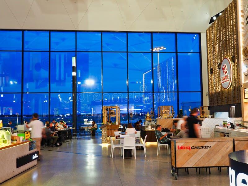Международные отклонения терминал, аэропорт Сиднея, Австралия, взгляд к свету сумрака стоковое фото rf