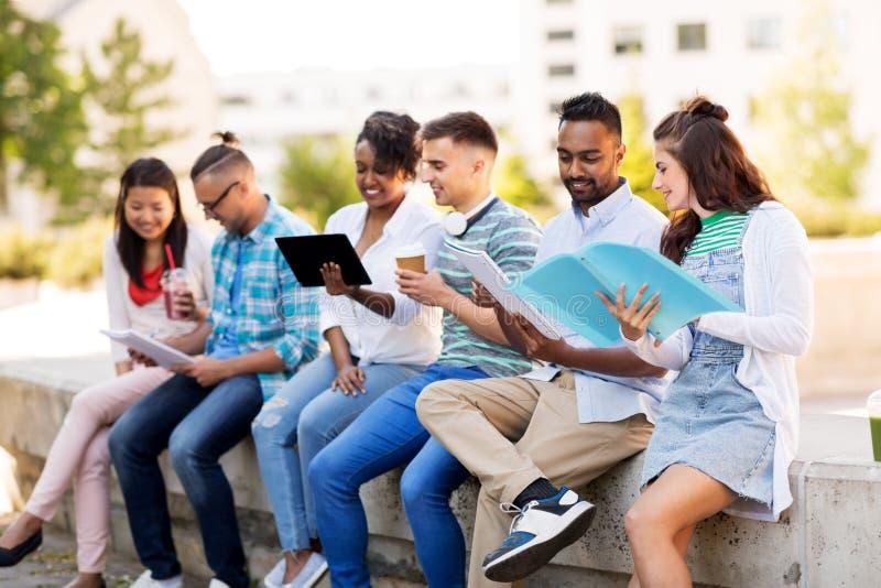 Международные студенты с тетрадями outdoors стоковое изображение rf