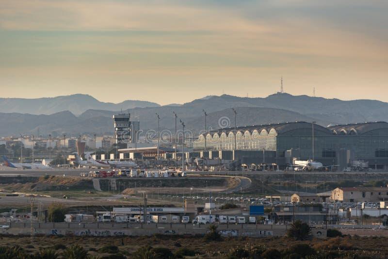 Международный аэропорт Аликанте/Elche на заходе солнца стоковое фото