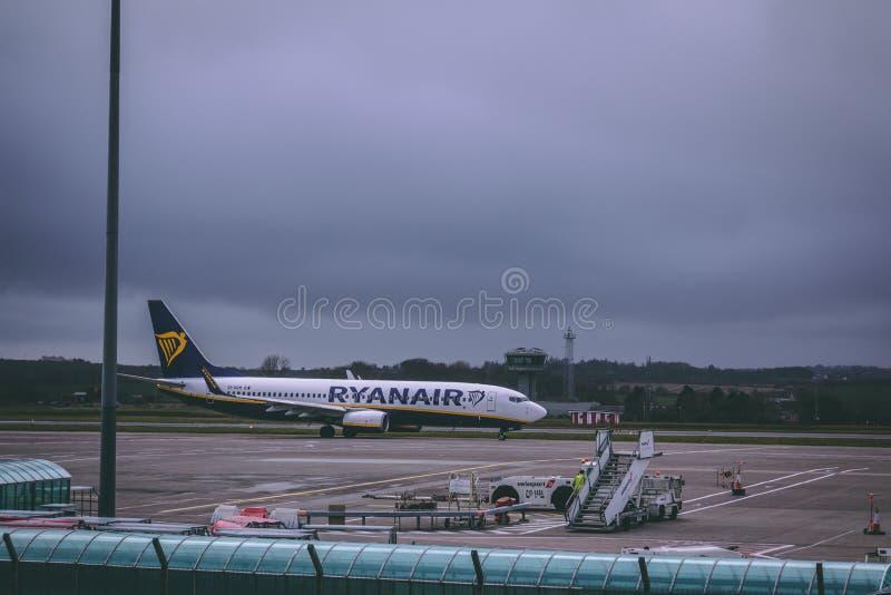 Международный аэропорт пробочки: Самолет Ryanair приезжая стоковые изображения rf