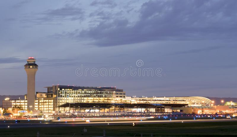 Международный аэропорт PDX Портленда вечером - самый большой и самый лучший аэропорт в государстве Орегона стоковое фото rf