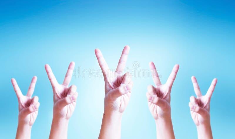 Международный день концепции кооперативов: человеческие руки показывая v-знак стоковая фотография