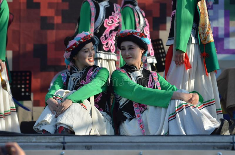 Международный фестиваль фольклора: Китайские художники в традиционных костюмах стоковые фотографии rf