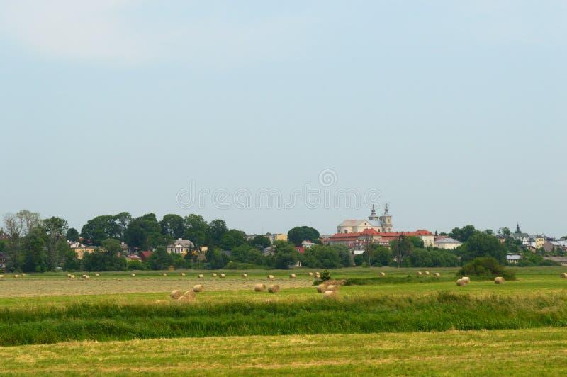 Между городом и сельской местностью стоковые фотографии rf