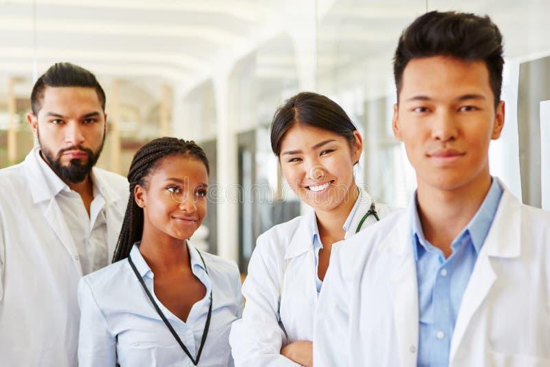 Межрасовая группа в составе доктора на клинике стоковое изображение rf