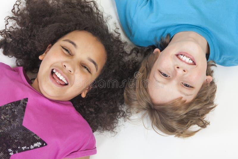 Межрасовые дети мальчика & девушки имея потеху стоковое фото rf