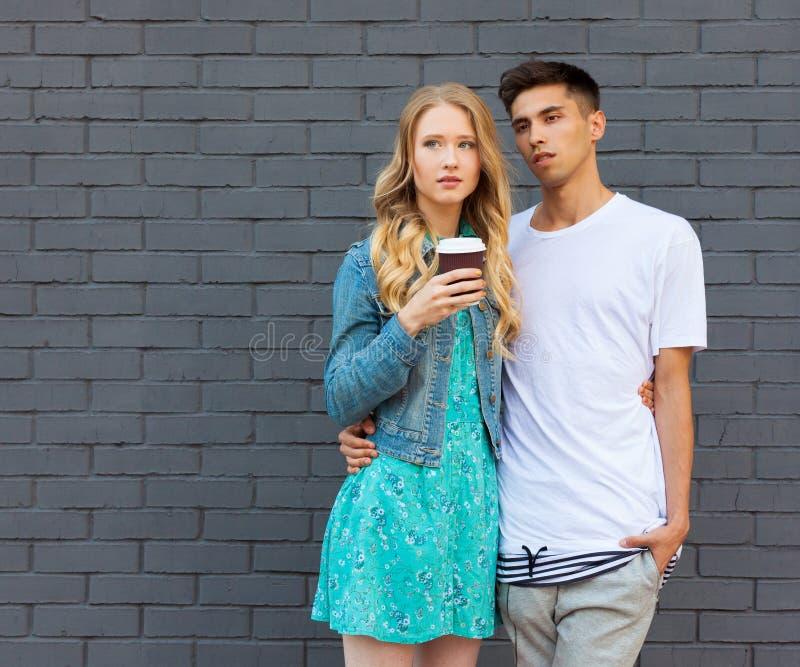 Межрасовые молодые пары в влюбленности внешней Сногсшибательный чувственный внешний портрет молодых стильных пар моды представляя стоковое изображение rf