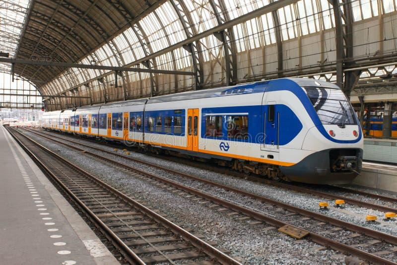 Междугородный поезд на станции Амстердама Centraal стоковая фотография rf