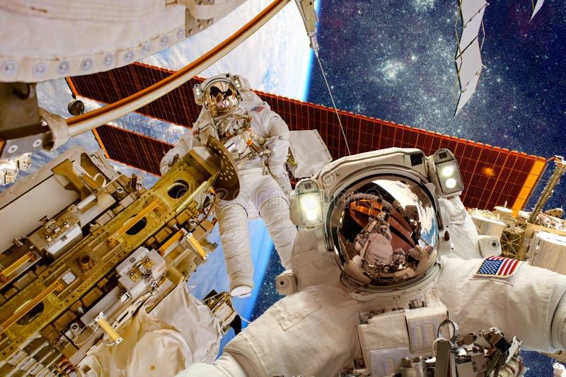 Международная космическая станция и астронавт стоковая фотография