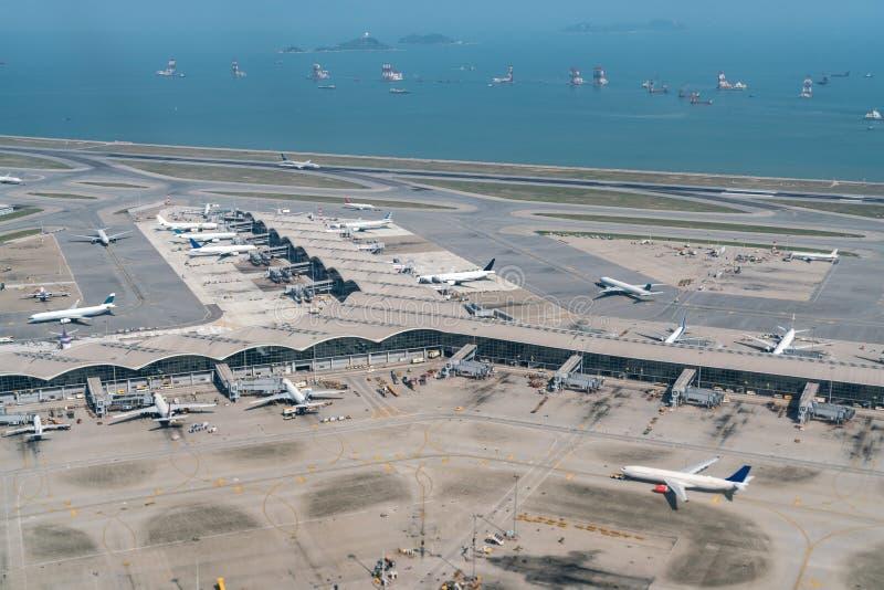 Международный аэропорт Гонконга с автостоянкой самолета стоковые изображения