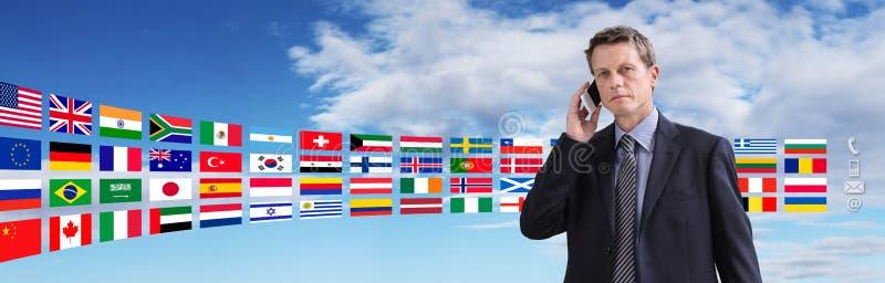 Международный контакт, бизнесмен говоря на телефоне стоковые изображения rf