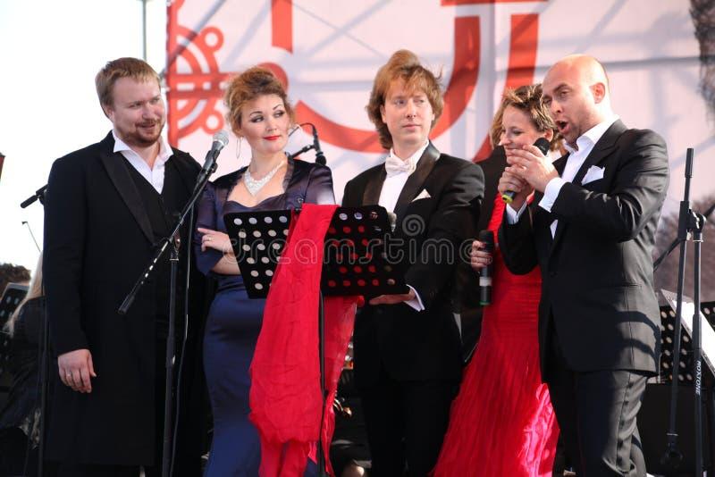 Международный русский итальянский квинтет оперы на открытой сцене оперы фестиваля Kronstadt 5 певиц звезд оперы мира стоковое изображение