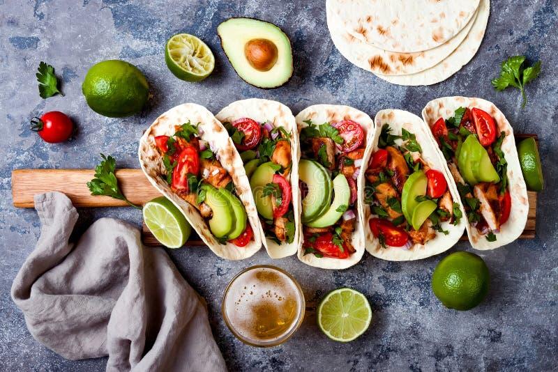 Мексиканец зажарил тако цыпленка с авокадоом, томатом, луком на деревенской каменной таблице Рецепт для партии Cinco de Mayo стоковое изображение
