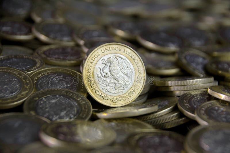 Мексиканская валюта на переднем плане, между больше монеток стоковые фотографии rf