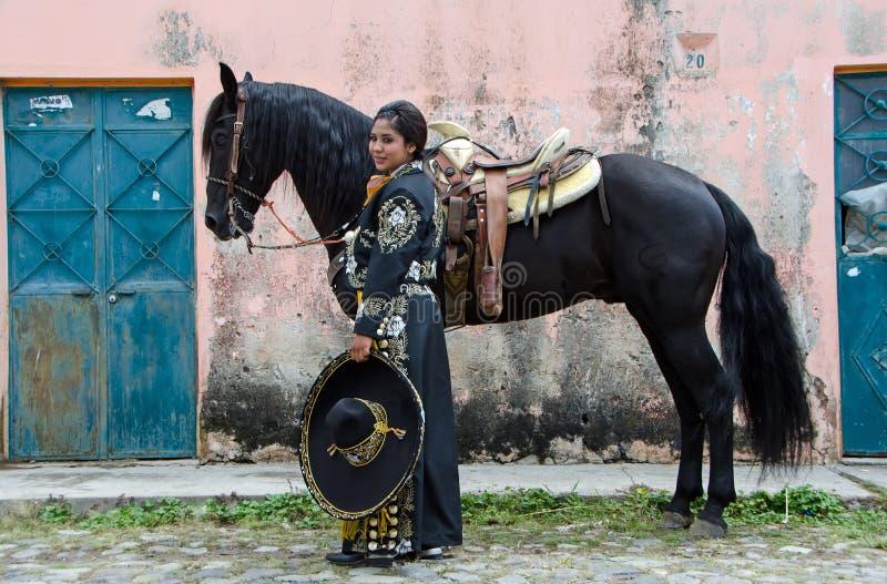 Мексиканская женщина и черная лошадь стоковые изображения rf