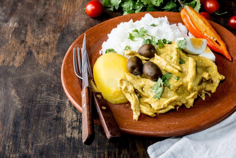 МЕКСИКАНСКАЯ И ПЕРУАНСКАЯ КУХНЯ Aji de Gallina Цыпленок aji de gallina с оливками egg и рис на плите глины Tipical стоковые фотографии rf