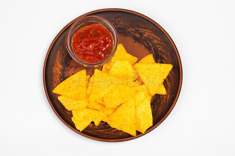 Мексиканская концепция еды Желтые обломоки totopos мозоли с соусом Взгляд сверху стоковое фото