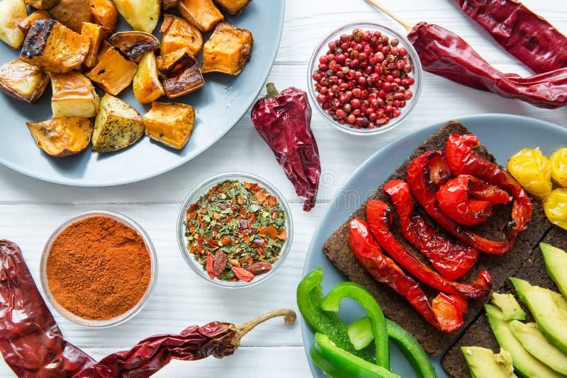 Мексиканская кухня, ассортимент зажаренных овощей и специи стоковые изображения rf