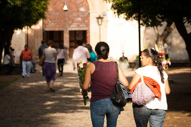 Мексиканские женщины идя к церков на Tepoztlan, Мексике стоковые изображения