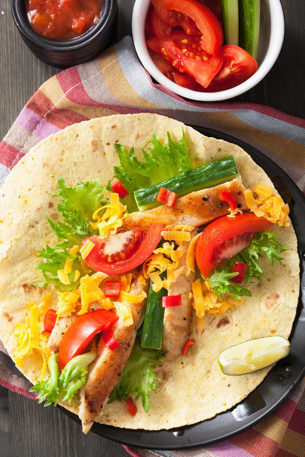 Мексиканские куриная грудка и овощи tortilla стоковое изображение