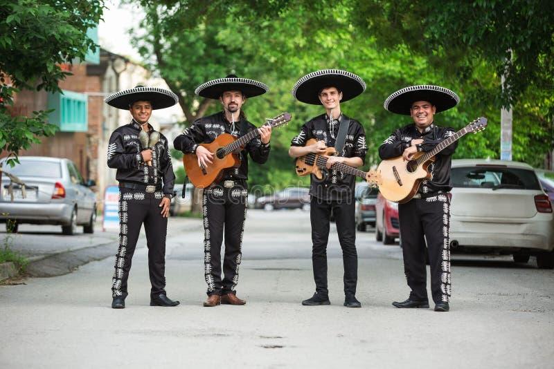 Мексиканские музыканты в традиционном mariachi костюмов стоковая фотография rf