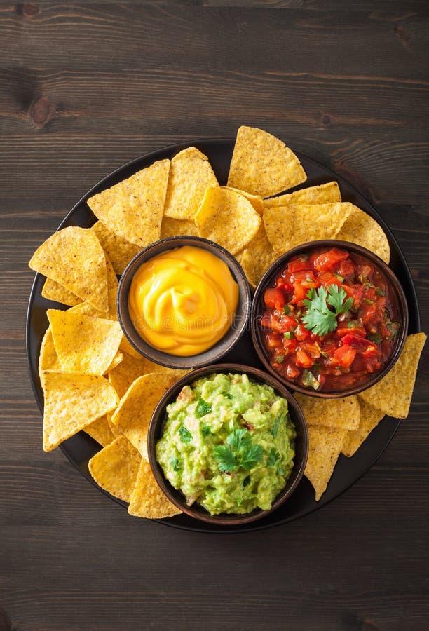 Мексиканские обломоки tortilla nachos с гуакамоле, сальсой и сыром d стоковые фото