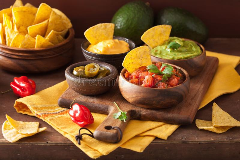 Мексиканские обломоки tortilla nachos с гуакамоле, сальсой и сыром d стоковое фото rf