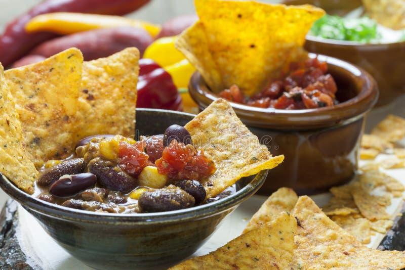 Мексиканские обломоки Tortilla с погружением сальсы стоковые фотографии rf