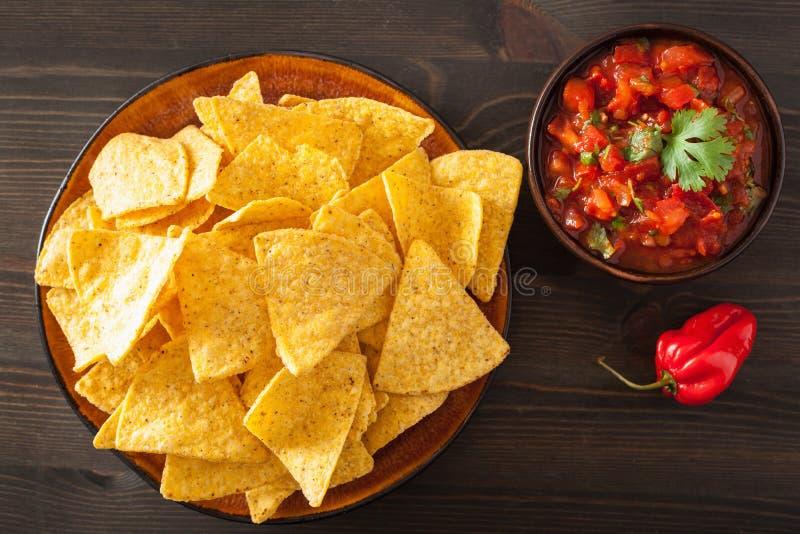 Мексиканские погружение сальсы и обломоки tortilla nachos стоковые фото