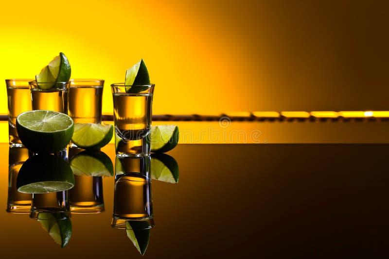 Мексиканские стекла текила золота вкратце с известкой стоковые изображения rf