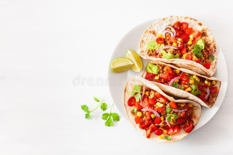 Мексиканские тако говядины и свинины с сальсой, гуакамоле и овощами стоковые изображения rf