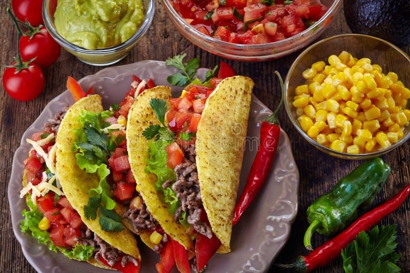Мексиканские тако еды стоковые изображения