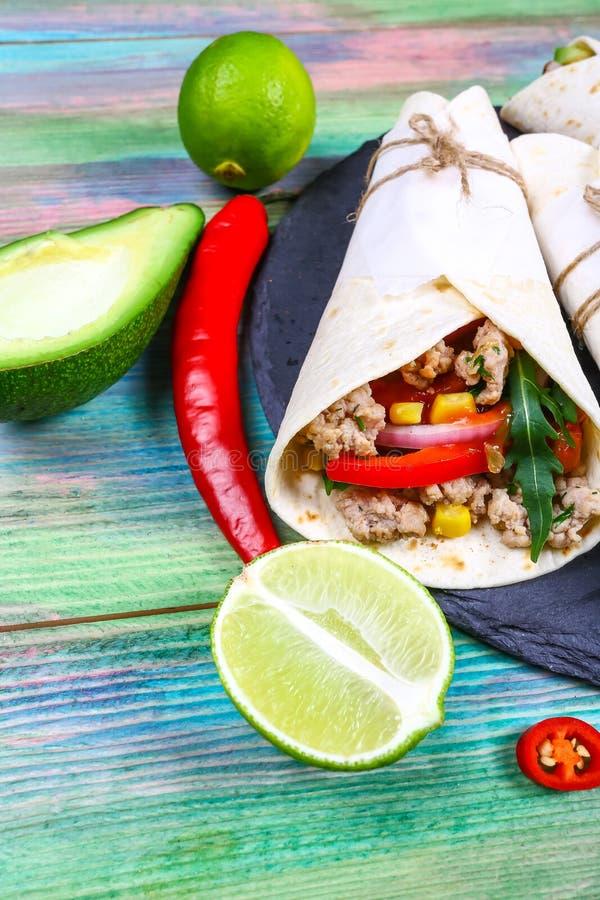 Мексиканские тако свинины с овощами и сальсой Пастор al тако на черной каменной плите шифера на деревянной предпосылке стоковые фотографии rf