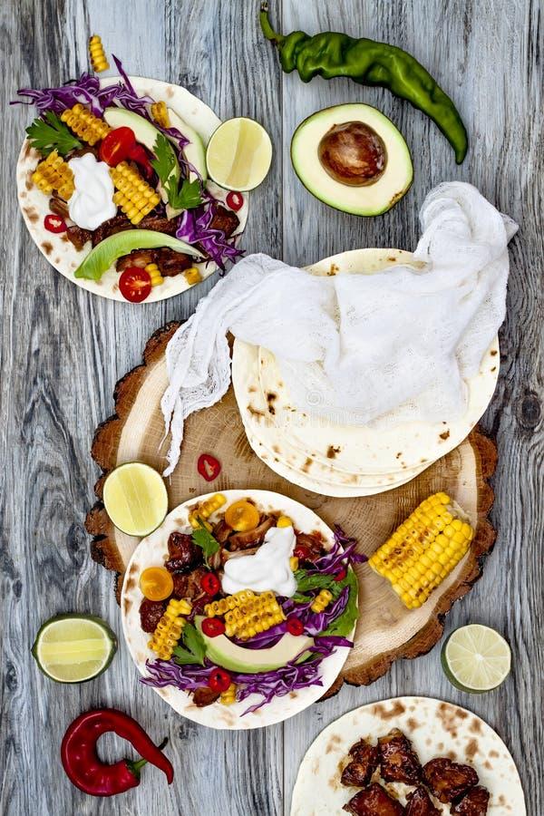 Мексиканские тако с авокадоом, медленным сваренным мясом, зажаренной мозолью, slaw красной капусты и сальсой chili на деревенской стоковая фотография rf