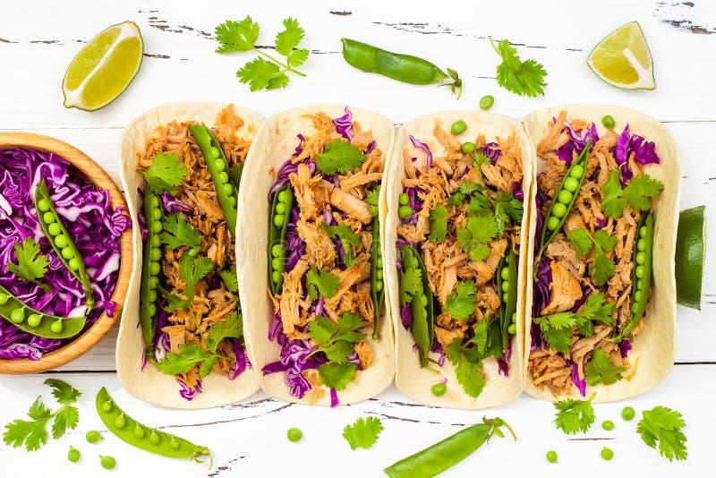 Мексиканские тако с мясом, горохами и фиолетовой капустой стоковая фотография rf