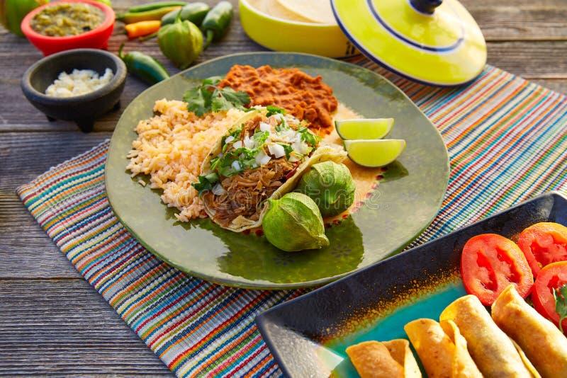 Мексиканские тако carnitas с сальсой и едой Мексики стоковая фотография rf