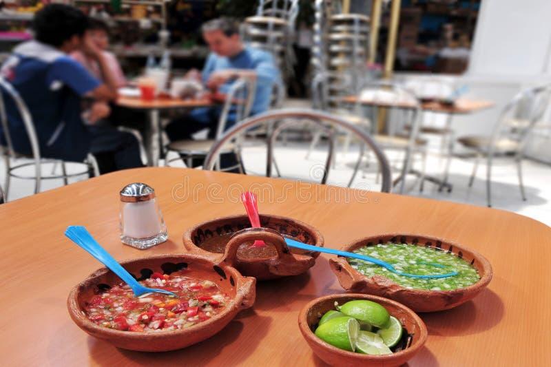 Мексиканские люди есть мексиканскую еду стоковое изображение rf