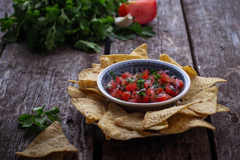 Мексиканские nachos обломоков мозоли с погружением сальсы стоковое изображение