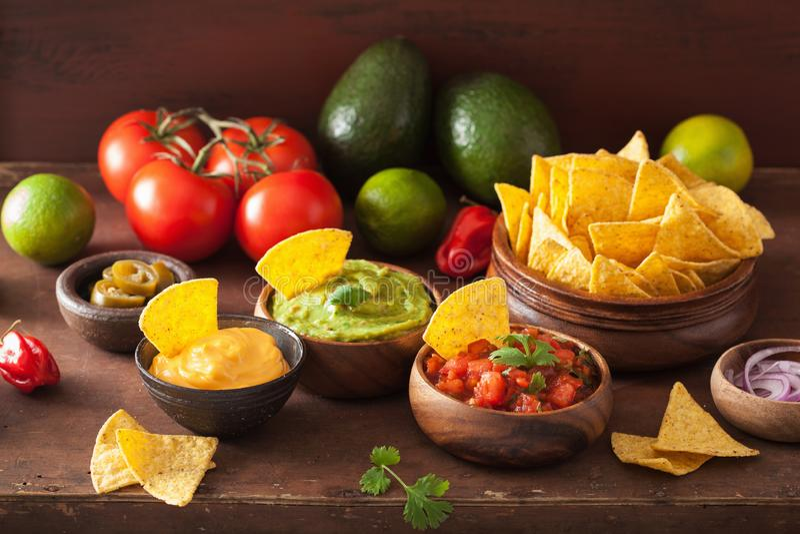 Мексиканские nachos с погружением гуакамоле, сальсы и сыра стоковое изображение