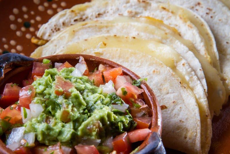 Мексиканские quesadillas и традиционная сальса гуакамоле стоковые фото